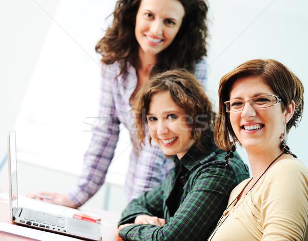Grupo jovem pessoas felizes olhando laptop trabalhando Foto stock © zurijeta