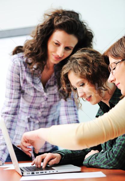 Groep jonge gelukkige mensen naar laptop werken Stockfoto © zurijeta