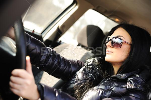 Foto stock: Jóvenes · hermosa · morena · dentro · coche · rueda