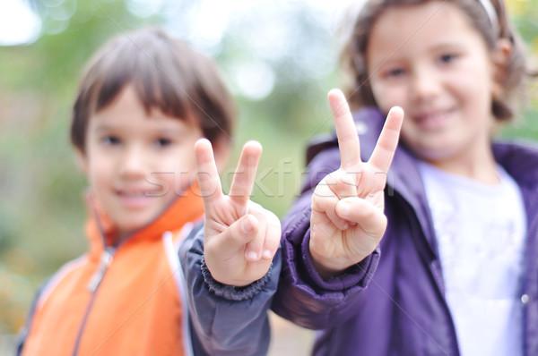Dos ninos masculina femenino victoria dedos Foto stock © zurijeta
