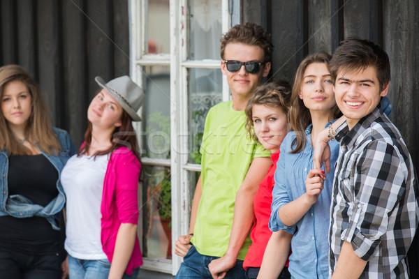Groep jongeren oude huis gelukkig oude houten Stockfoto © zurijeta
