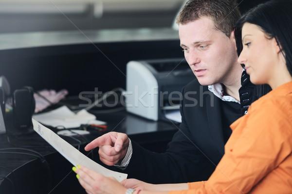 Gens d'affaires réunion discussion papier projet bureau Photo stock © zurijeta