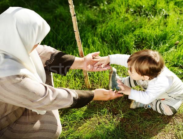 Közel-keleti muszlim anya játszik kicsi baba Stock fotó © zurijeta