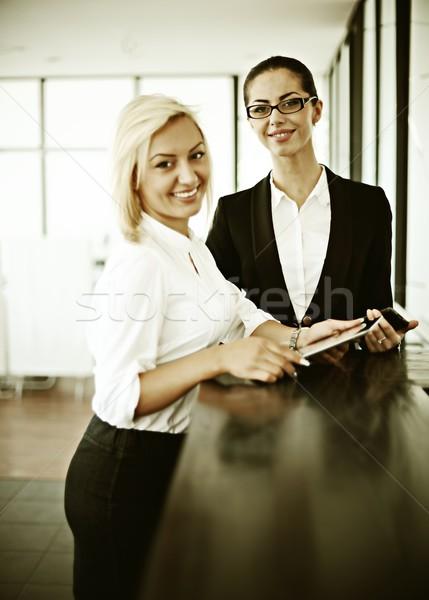 Retro sikeres üzletemberek igazi iroda dolgozik Stock fotó © zurijeta