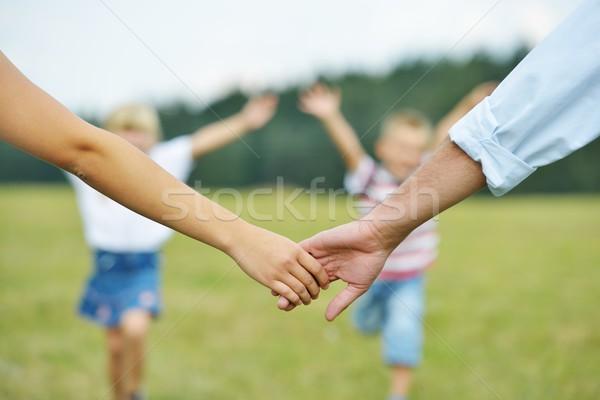 Família feliz natureza mãe pai mãos Foto stock © zurijeta