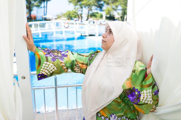 Feliz muçulmano mulher férias de verão recorrer moda Foto stock © zurijeta