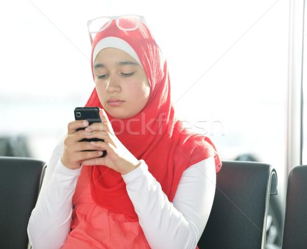 アラビア語 中東 十代の少女 携帯電話 メッセージング 電話 ストックフォト © zurijeta