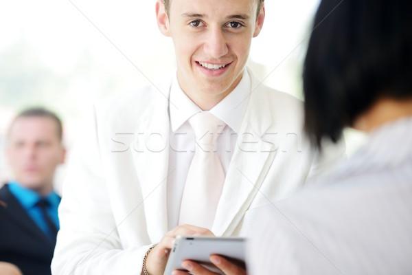 Osobowych doradca finansowy tabletka młodych biznesmen działalności Zdjęcia stock © zurijeta