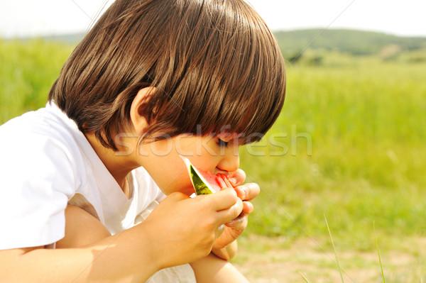 Foto d'archivio: Cute · piccolo · ragazzo · mangiare · anguria · erba