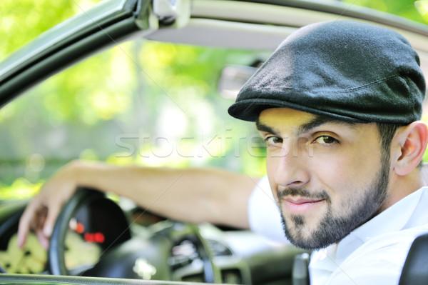 Jonge vent achter wiel hand weg Stockfoto © zurijeta