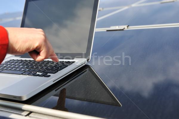 Düğme dizüstü bilgisayar fotovoltaik güneş panelleri Stok fotoğraf © zurijeta