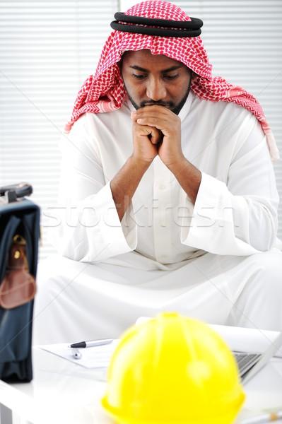 árabe engenheiro interesse planos negócio papel Foto stock © zurijeta