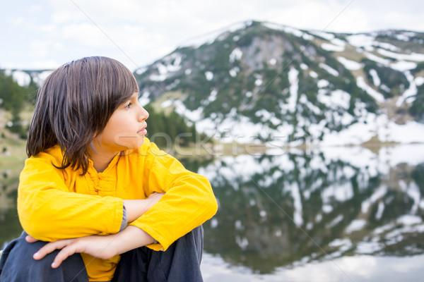 Kicsi fiú élvezi vakáció hegy természet Stock fotó © zurijeta