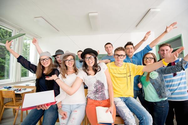 Groep glimlachend klasgenoten vergadering groene boord Stockfoto © zurijeta