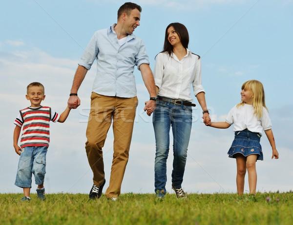 Familia feliz naturaleza jóvenes familia verde Foto stock © zurijeta