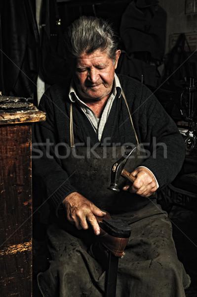 Oude man oude handgemaakt schoen workshop Stockfoto © zurijeta