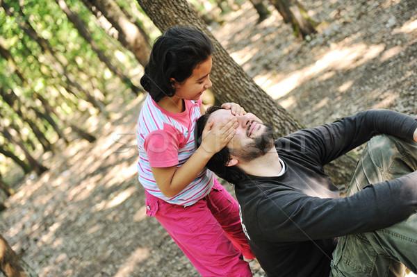 Kiekeboe dochter spelen vader bos boom Stockfoto © zurijeta