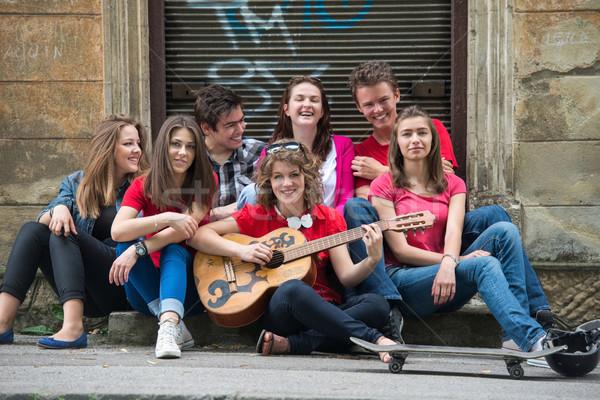 Foto d'archivio: Gruppo · cool · adolescenti · chitarra · giocare · strada